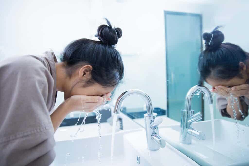دليل تنظيف بشرة الوجه قبل النوم من براند زو